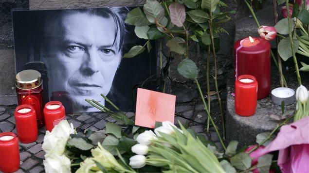 Des fleurs et des chandelles ont été déposées devant l'appartement de Berlin où a déjà vécu David Bowie, qui s'est éteint lundi à 69 ans