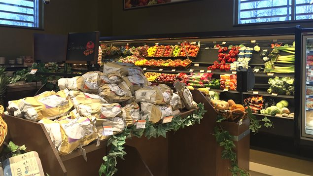 Les étals de fruits et légumes frais au Bonichoix de la communauté Anishnabe de Lac-Simon