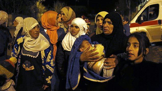 À Madaya, lundi, des gens attendaient de pouvoir partir alors que des convois d'aide humanitaire étaient parvenus à atteindre cette ville de 42 000 habitants.