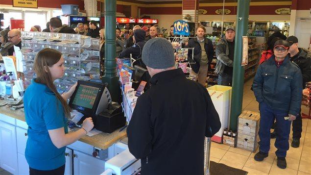 Des gens attendent pour acheter des billets de la loterie Powerball.