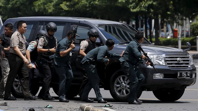 Des policiers indonésiens sur les lieux de l'attentat de Jakarta, le 14 janvier 2016. Photo : Beawiharta Beawiharta / Reuters