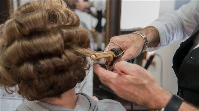 Le détail des mains de Yves Briand, coiffeur et propriétaire de Recherché Concept Coiffure à Gatineau.