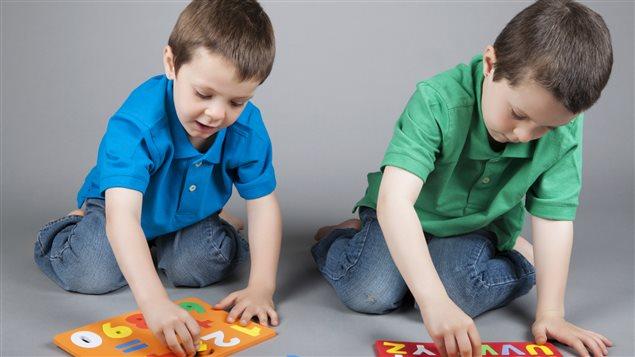 Les chercheuses ont constaté une variation importante entre les deux groupes au niveau des tâches associant des consignes conflictuelles. De fait, les variations étaient particulièrement apparentes chez les enfants bilingues dont le vocabulaire s'était le plus élargi.