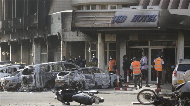 La scène de désolation est encore bien présente devant l'hôtel Splendid de Ouagadougou au lendemain d'une attaque terroriste qui a fait des dizaines de morts et blessés.