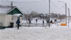 Des bénévoles ont sauvé la patinoire de Peti-Matane.
