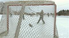 Un jeune patineur compte un but