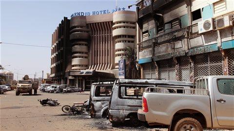 Des automobiles brûlées près de l'hôtel Splendid, après l'attaque d'un commando terroriste à Ouagadougou, au Burkina Faso