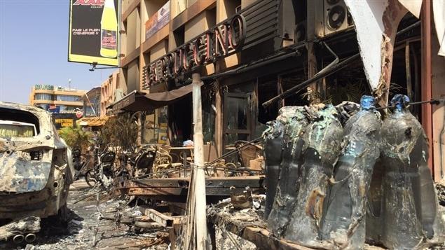 Voitures et motos incendiées par les terroristes devant le café Cappuccino à Ouagadougou.