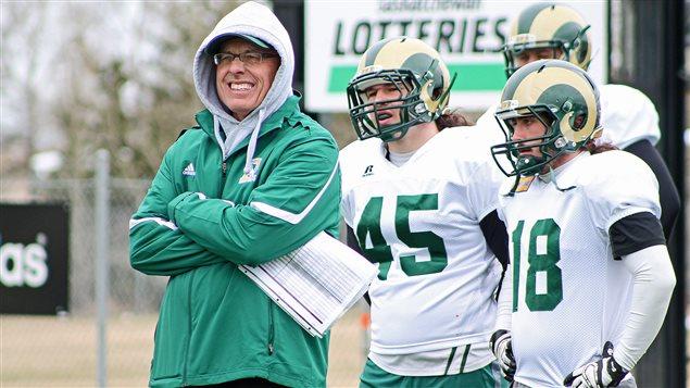 Mike Gibson observe des joueurs qui s'entraînent lors du camp de printemps des Rams