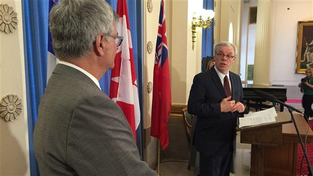 Le premier ministre du Manitoba, Greg Selinger et le Ministre responsable des Affaires intergouvernementales canadiennes et de la Francophonie canadienne, Jean-Marc Fournier ont signé une déclaration d'entente à la suite d' un accord de coopération portant sur la francophonie canadienne.