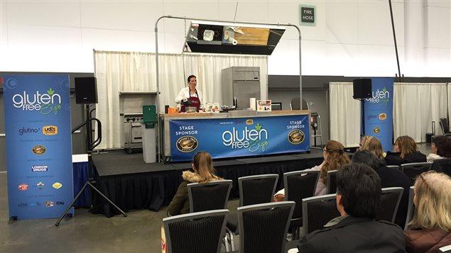 Une d�monstration de biscuits au Gluten free expo de Vancouver