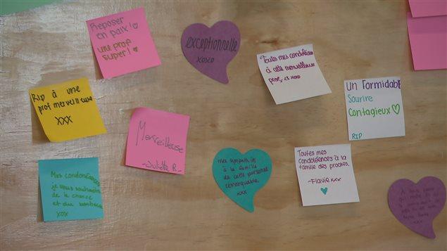 Les élèves ont laissé des messages à la mémoire de leur professeure.