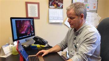 Le Dr Sylvain Beausoleil à son bureau
