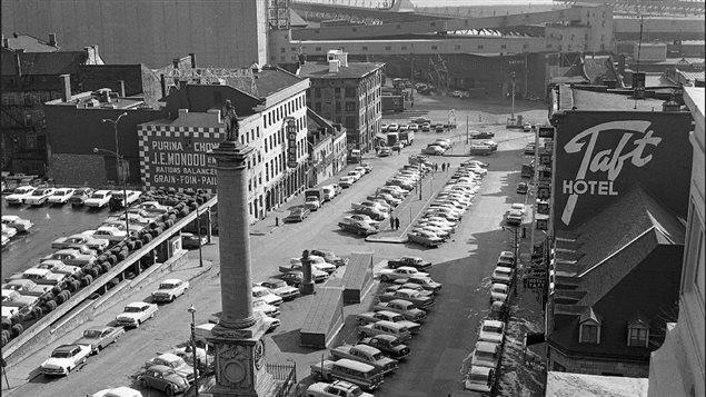 Place Jaques-Cartier, le 23 octobre 1962. Photo par Rhéal Benny.