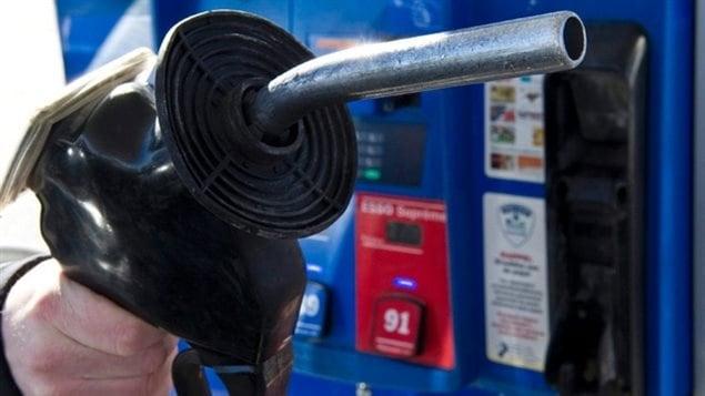 Les prix pour un litre d'essence sont en baisse à travers le pays