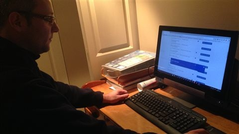Mathieu Cornec navigue sur le site de Citoyenneté et Immigration Canada.