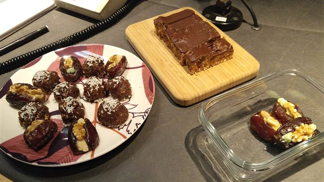 Les bouchées sucrées préparées par Hélène Laurendeau : dattes farcies à la pâte d'amande et noix, boule d'énergie, barres crues amandes noix de coco et chocolat