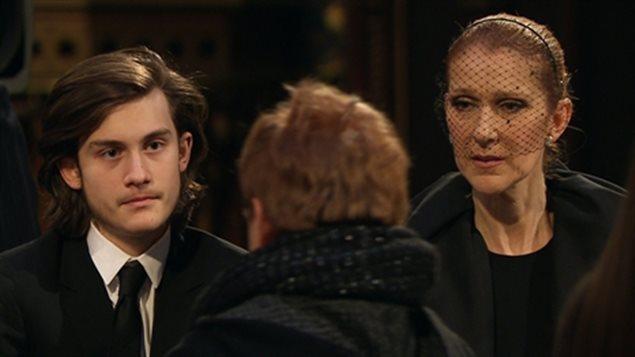 Céline Dion et son fils René-Charles reçoivent les condoléances du public à la basilique Notre-Dame de Montréal.