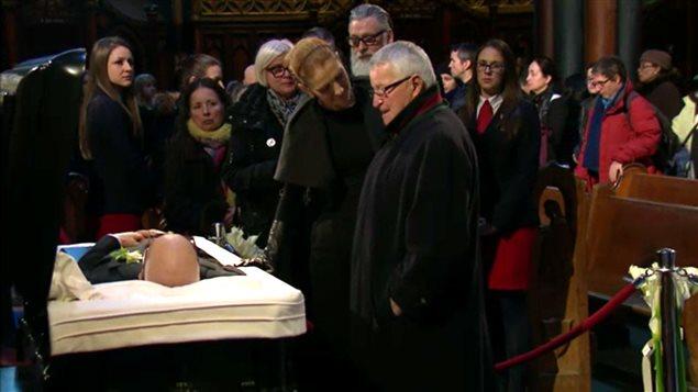Céline Dion et Michel Bergeron devant la dépouille de René Angélil