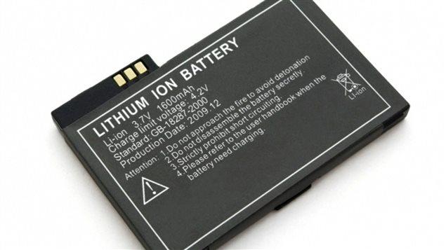 Les piles au lithium-ion sont considérées comme des marchandises dangereuses par Transports Canada. On les retrouve notamment dans les cellulaires. Les pilotes d'avion voudraient que les compagnies aériennes cessent de les transporter en vrac dans les avions de passagers.