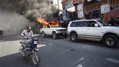 Une voiture brûle durant une manifestation à Port-au-Prince, en Haïti, le 18 janvier 2016.