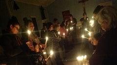 Des membres de la communauté de La Loche se sont réunis à l'église vendredi soir.