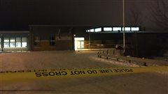 Un ruban de police encercle l'école communautaire de La Loche.