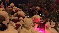 Des ours en peluche, des bougies et des fleurs ont été déposés devant l'école de La Loche où a eu lieu la fusillade.