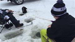 Matthew Posthumus tente d'attraper le plus gros poisson au concours « KidFish Ice Derby »
