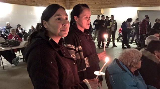 Des résidents de La Loche en Saskatchewan se recueillent lors de la veillée aux chandelles dimanche soir