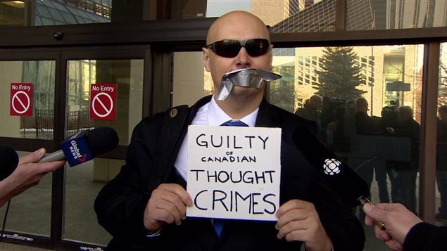 Mark Marek, ruban sur la bouche, à sa sortie du palais de justice d'Edmonton