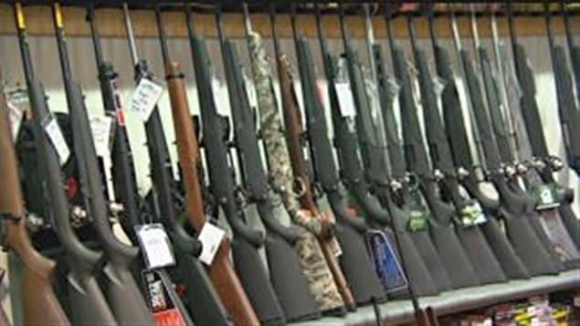 115 saisies d'armes pour un total de 163 armes à feu, 348 saisies d'armes et de dispositifs prohibés