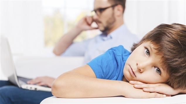 Gare à la tentation de diviser son attention vis-à-vis ses enfants, prévient une étude.