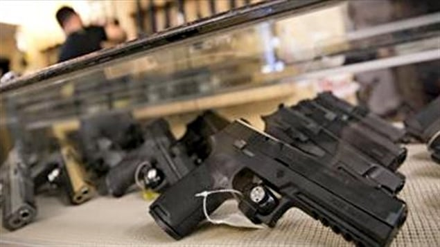 Selon le ministère canadien de la Justice, en 1996, il y a avait au Canada 87 043 armes à feu déclarées perdues, disparues ou volées et le Canada dispose très peu d'informations à propos de ce que sont devenues ces armes. Le ministère mentionne aussi que la police nationale indique que les armes à feu font l'objet de contrebande et sont importées illégalement au Canada compte tenu du nombre élevé d'armes à feu à autorisation restreinte non enregistrées qui sont retrouvées.