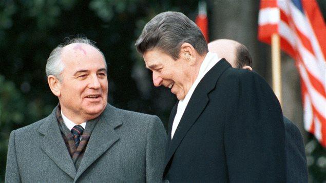 Le président américain Ronald Reagan lors d'une visite à la Maison blanche du dirigeant de l'URSS, Mikhaïl Gorbatchev, en 1987