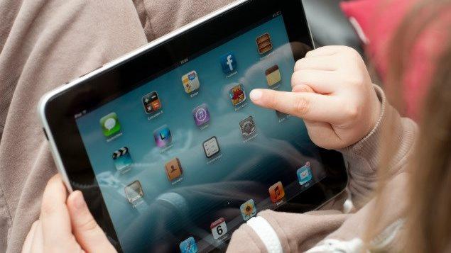 Enfant qui utilise un iPad