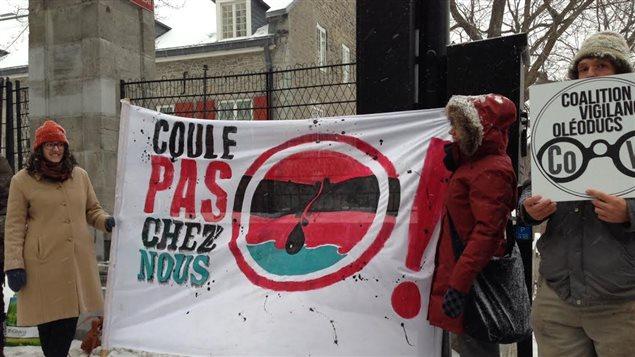 Des manifestants opposés à la construction d'un oléoduc au Québec attendaient le premier ministre Justin Trudeau lors de son passage à l'hôtel de ville de Montréal.