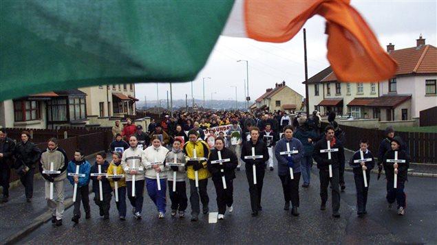 Des parents des 14 victimes du Bloody Sunday participent à une marche commémorative à Derry, le 30 janvier 2000.