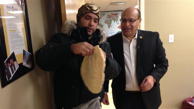 صاحب الأعمال الكندي اللبناني مايك تيماني( إلى اليمين) واللاجئ السوري محمّد طحّان