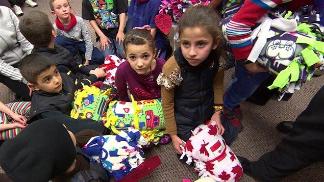 Des enfants syriens reçoivent des couvertures fabriquées à la main