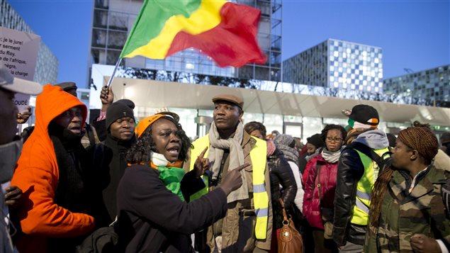 Patidarios de Laurent Gbagbo manifiestan frente a la CPI en La Haya.