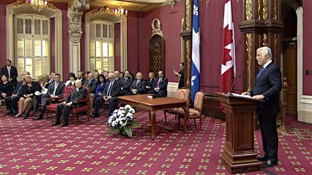Le premier ministre Philippe Couillard entour� de sa nouvelle �quipe