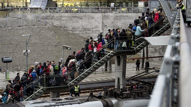 Migrantes hacen la fila en la estación de tren de Malmo, Suecia.