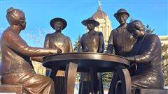 Cette statue de Nellie McClung et de quatre autres militantes qui ont lutté pour le droit de vote des femmes, surnommées les « Famous Five ».