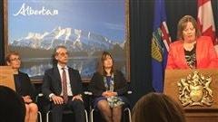 La ministre de l'Énergie Marg McCuaig-Boyd et trois membres du groupe de travail sur les redevances énergétiques (de gauche à droite) : Annette Trimbee, Peter Tertzakian et Leona Hanson.
