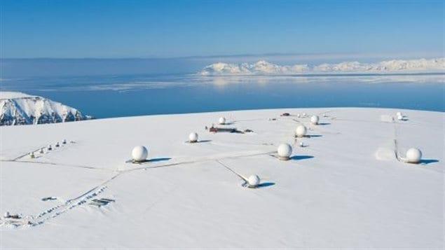 La station de réception sattelite Svalbard en Norvège réservée aux activités des entreprises comme celle où travail notre invité Rob Ayasse. Le Grand Nord est le nouveau carrefour mondial des activités d'espionnage et de renseignement des nations comme le Canada, la Russie ou la Norvège qui s'affrontent pour soutirer la plus grande influence possible, politiquement puis économiquement, sur toute la région du cercle polaire. Photo : Kongsberg Satellite Services