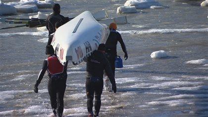 L'eau se met en travers des canots à glace à Rimouski | ICI.Radio-Canada.ca