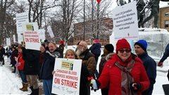 Manifestation à Charlottetown d'employés de la Société canadienne du sang en grève