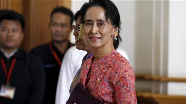 Aung San Suu Kyi a son entrée au Parlement birman