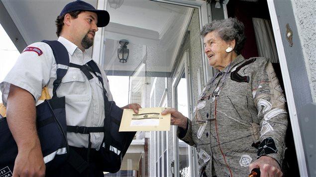 Une femme reçoit le questionnaire du recensement en 2006.